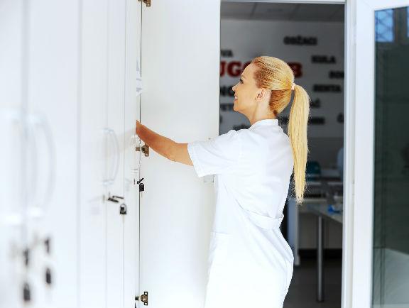 Empleada almacenando sus pertenencias en lockers