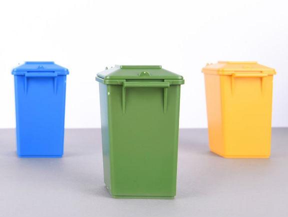 Basureros plásticos en distintas tonalidades