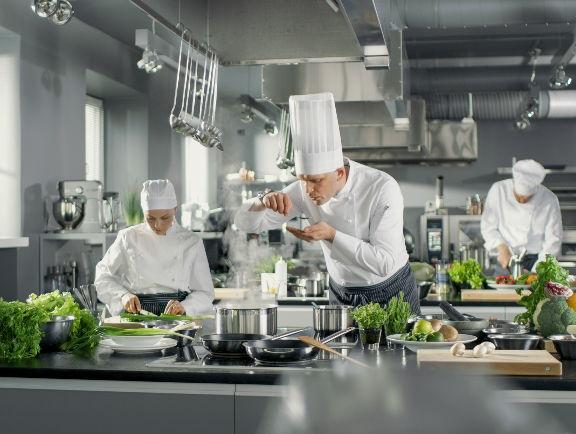Cocina de restaurante con mesones de acero inoxidable