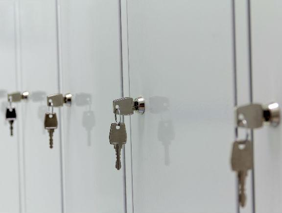 Casilleros de locker con cerraduras de llave.