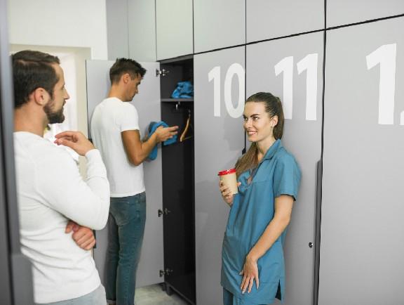 personas guardando sus cosas en un locker